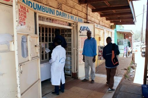 Customers at a milk bar in Ndumbuini in Kabete, Nairobi (photo credit: ILRI/Paul Karaimu).